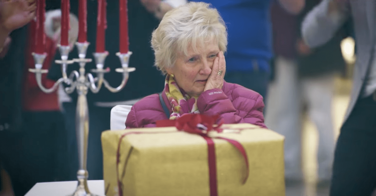 Christmas Flash Mob Moves People to Tears