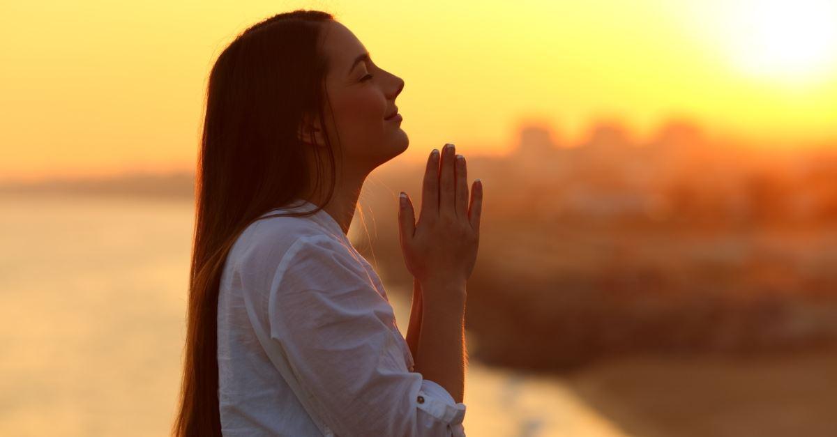woman praying at sunset, a powerful Friday prayer