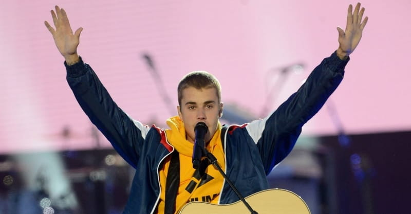 Justin Bieber Sings Worship Song on London Street