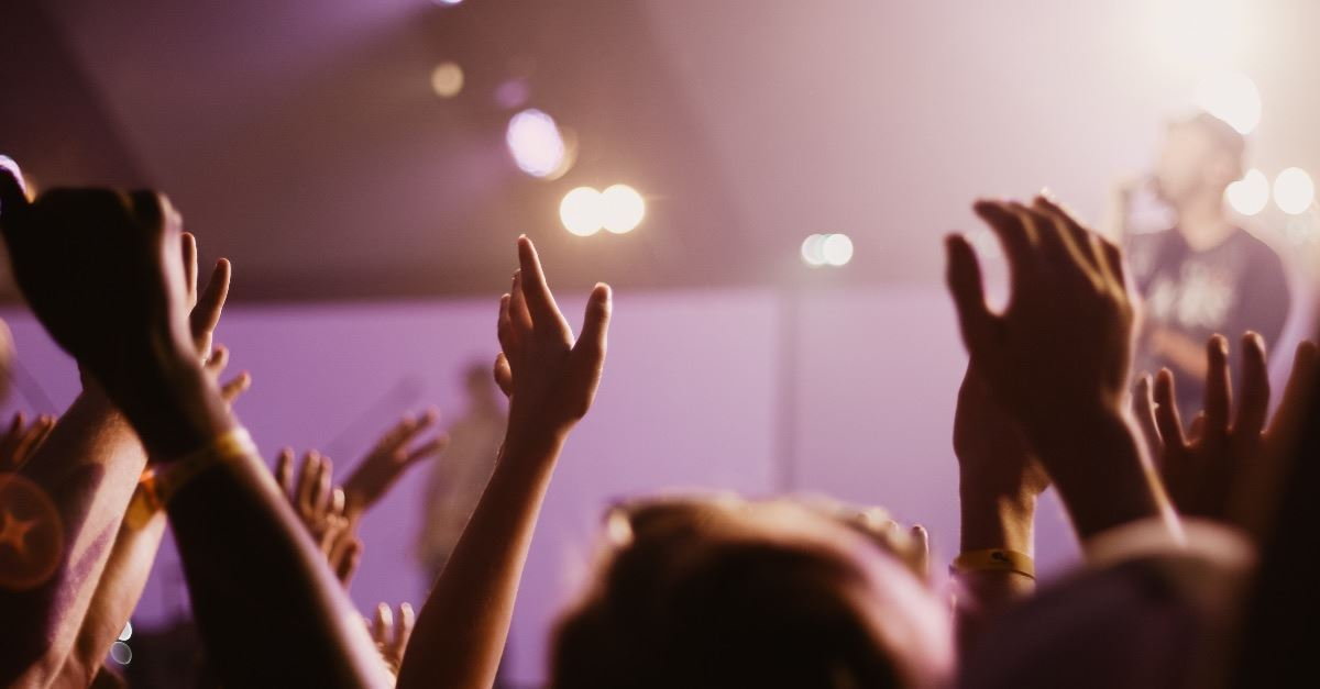 Pastors John Piper and Robert Morris on Whether Christians Should Raise Their Hands in Worship