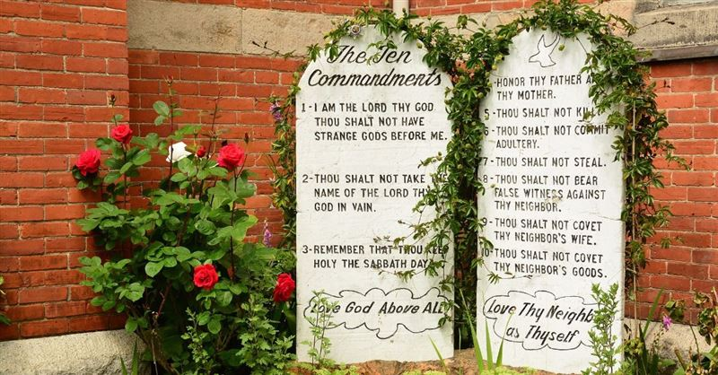Ten Commandments No Longer 'Applies to Us,' Says Popular Megachurch Pastor