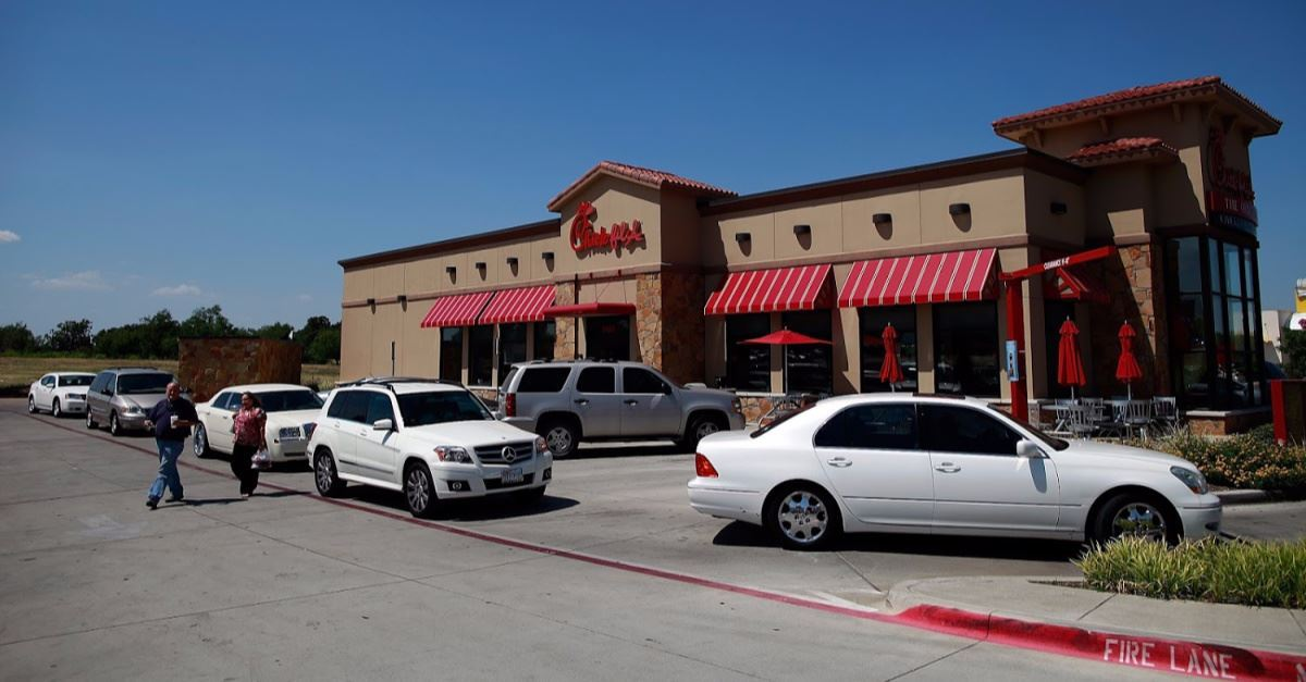 Chick-fil-A Manager Changes Flat Tire for 96-Year-Old WWII Veteran
