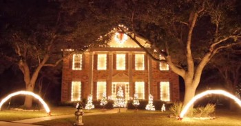 One House Gives EPIC Christmas Light Show