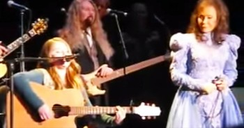 Loretta Lynn Invites 11-Year-Old Granddaughter On Stage To Sing