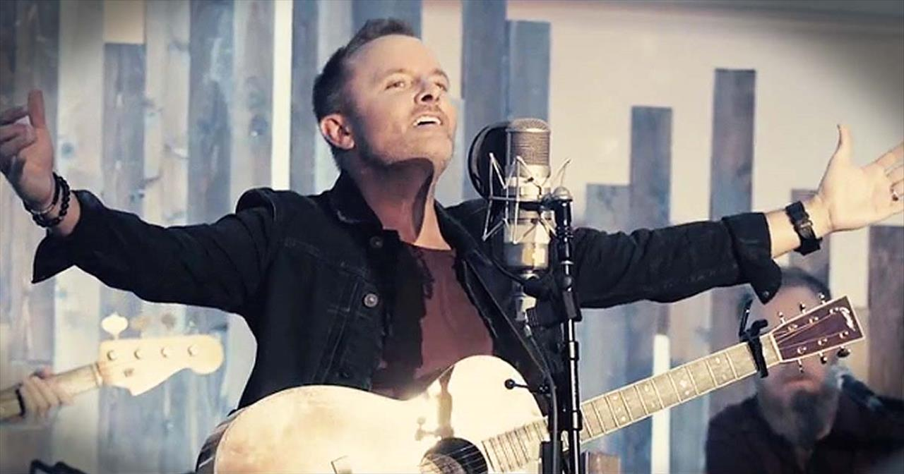 Chris Tomlin Christmas.A Christmas Alleluia Chris Tomlin Featuring Lauren Daigle And Leslie Jordan Christian Music Videos