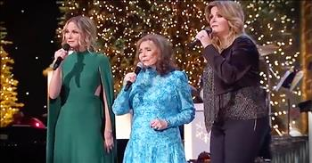 3 Country Superstars Perform 'Country Christmas'