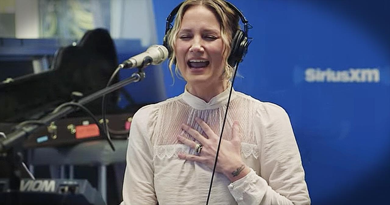jennifer nettles sings christmas mashup of o holy night and hallelujah christian music videos - Christmas Hallelujah Song