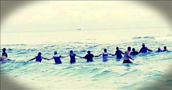 Human Chain Of 80 People Save Drowning Family