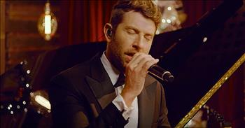 'The First Noel' - Country Performance From Brett Eldredge