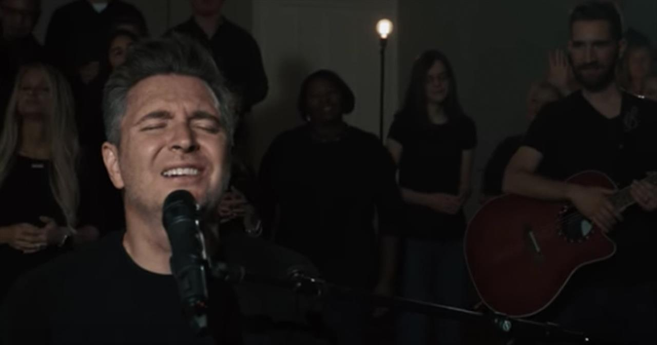 Travis Cottrell Sings New Christmas Worship 'Glory In The Highest' With Choir
