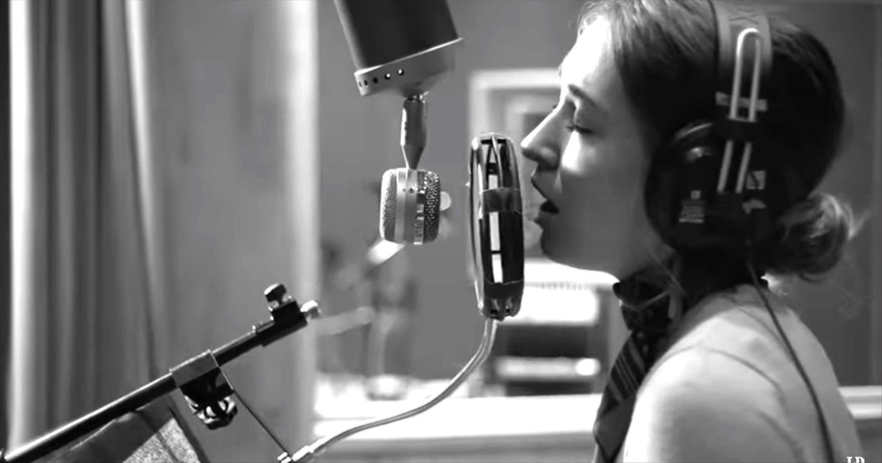 Lauren Daigle Sings 'The Christmas Song'