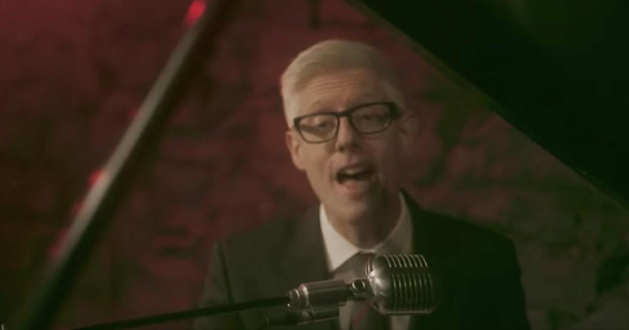 Christian Artist Matt Maher Performs Jazzy Version of 'Jingle Bells'