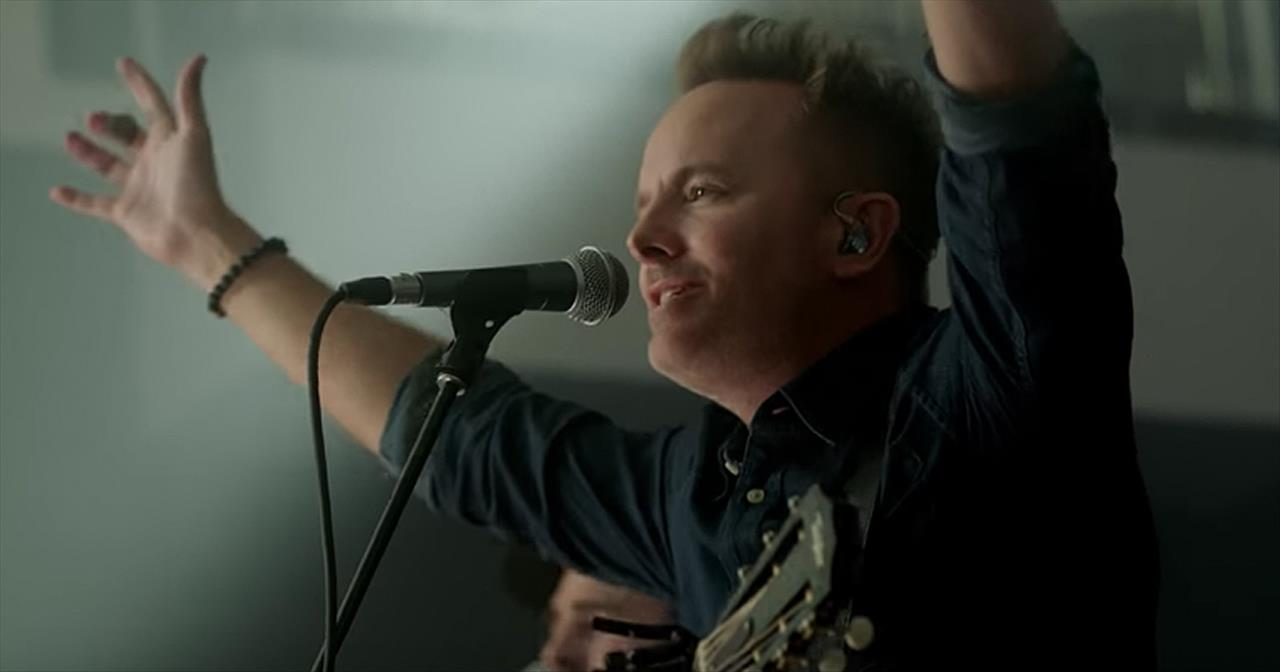 'Is He Worthy?' Live Chris Tomlin Performance