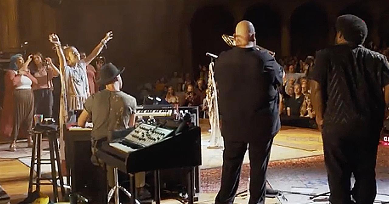 Lauren Daigle Stops Concert For Spontaneous Worship Session