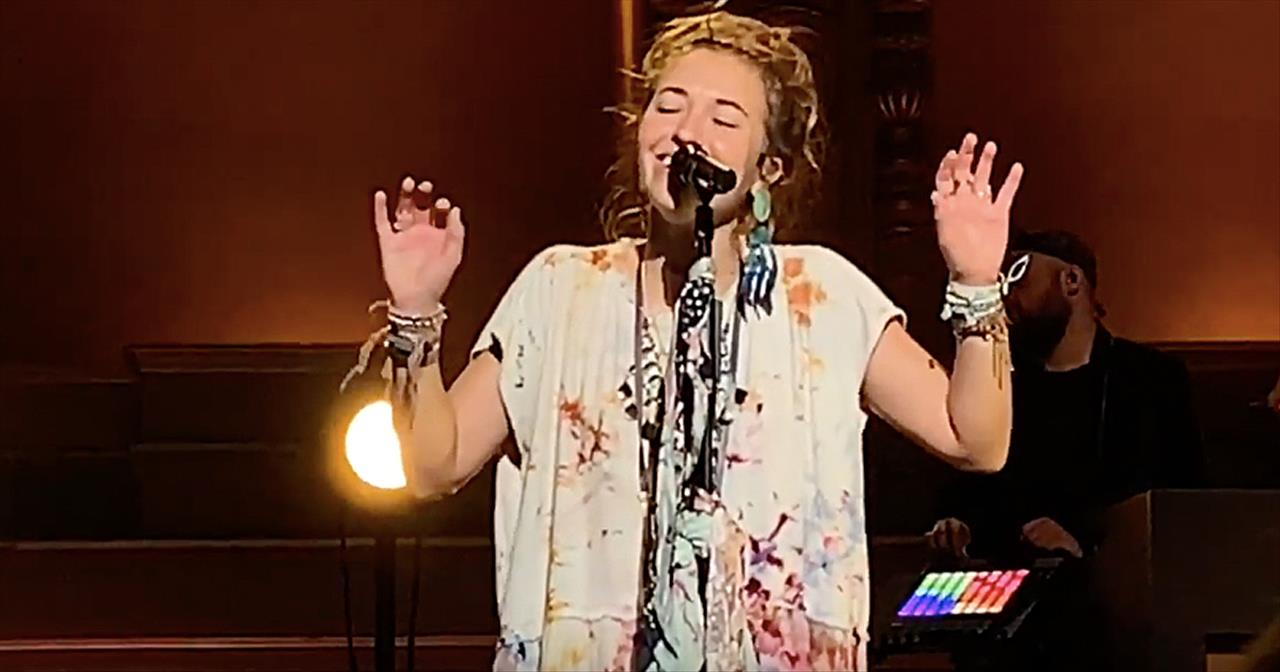 Lauren Daigle Sings 'Turn Your Eyes Upon Jesus'