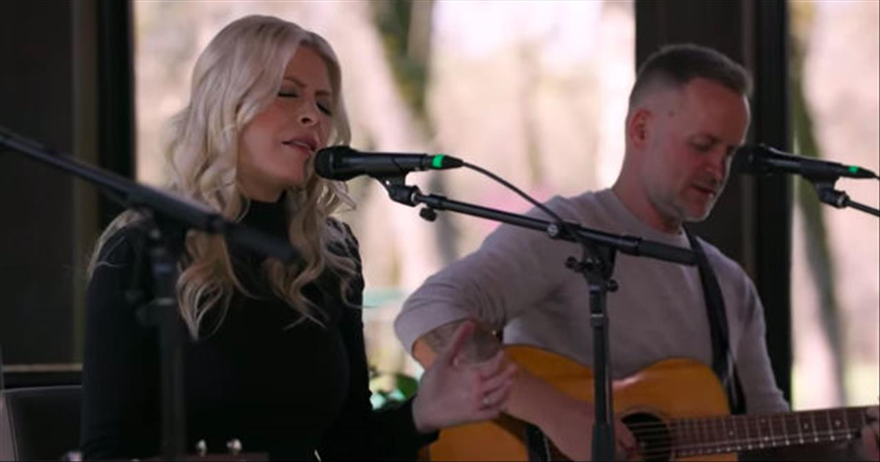 God I Look to You' Acoustic Performance From Jenn Johnson
