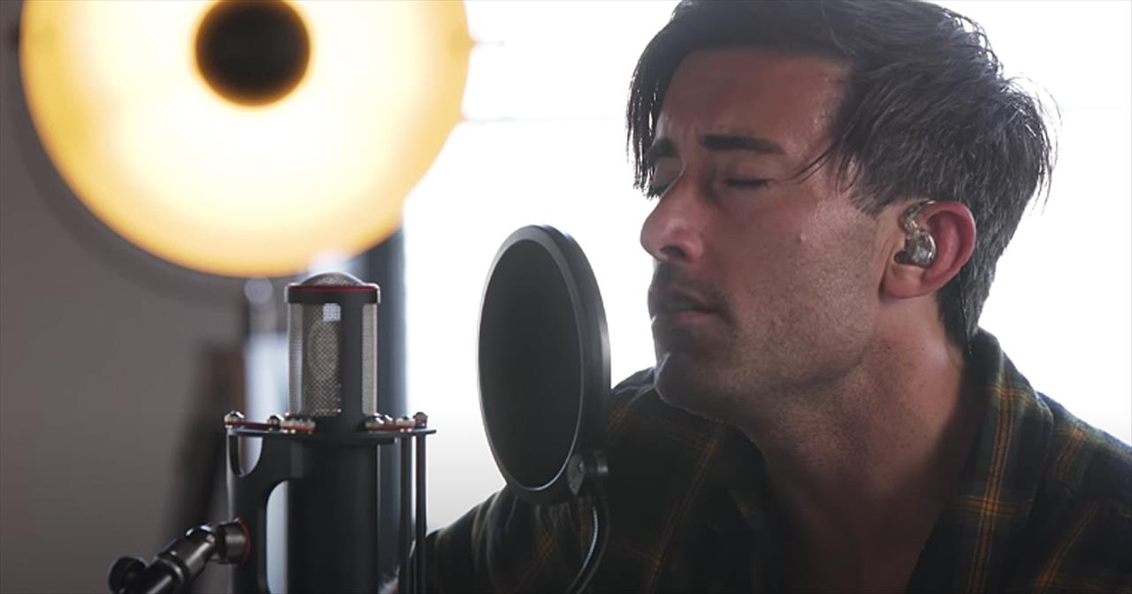 Phil Wickham Performs 'Here I Am To Worship' Medley