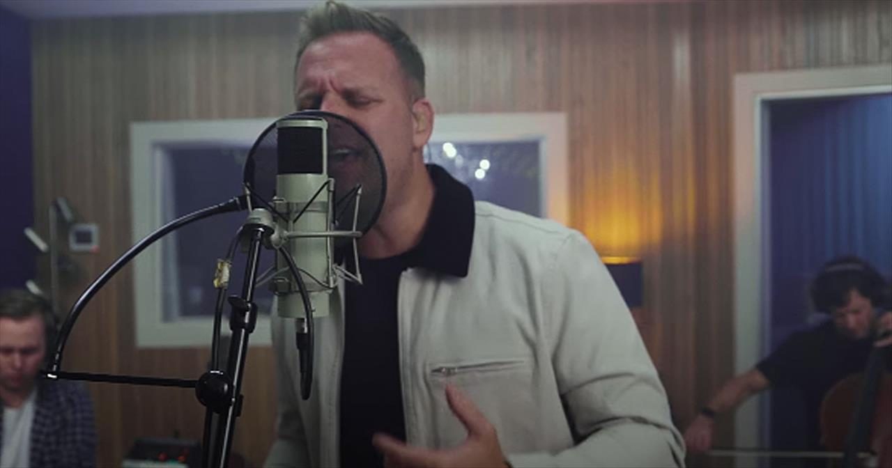 'Looking Up' Matthew West Acoustic Performance Thanking All The Dads