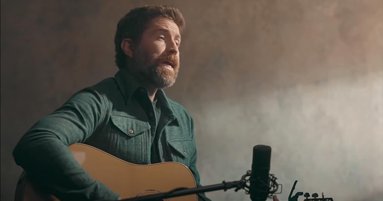Josh Turner Performs Acoustic Rendition Of 'Long Black Train'