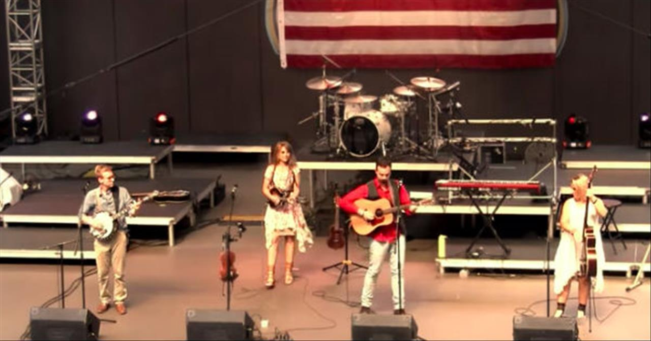 Southern Raised Bluegrass Band Performs 'Dueling Banjos'