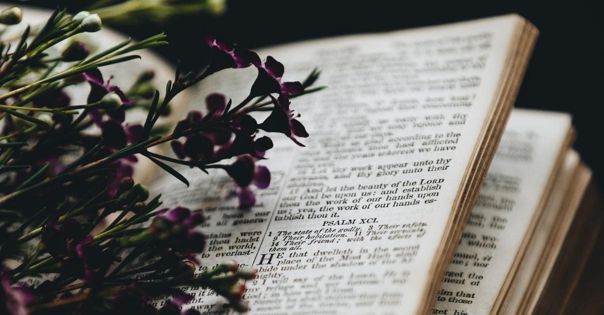 Usando los Salmos y oraciones para cuando te sientes abrumado