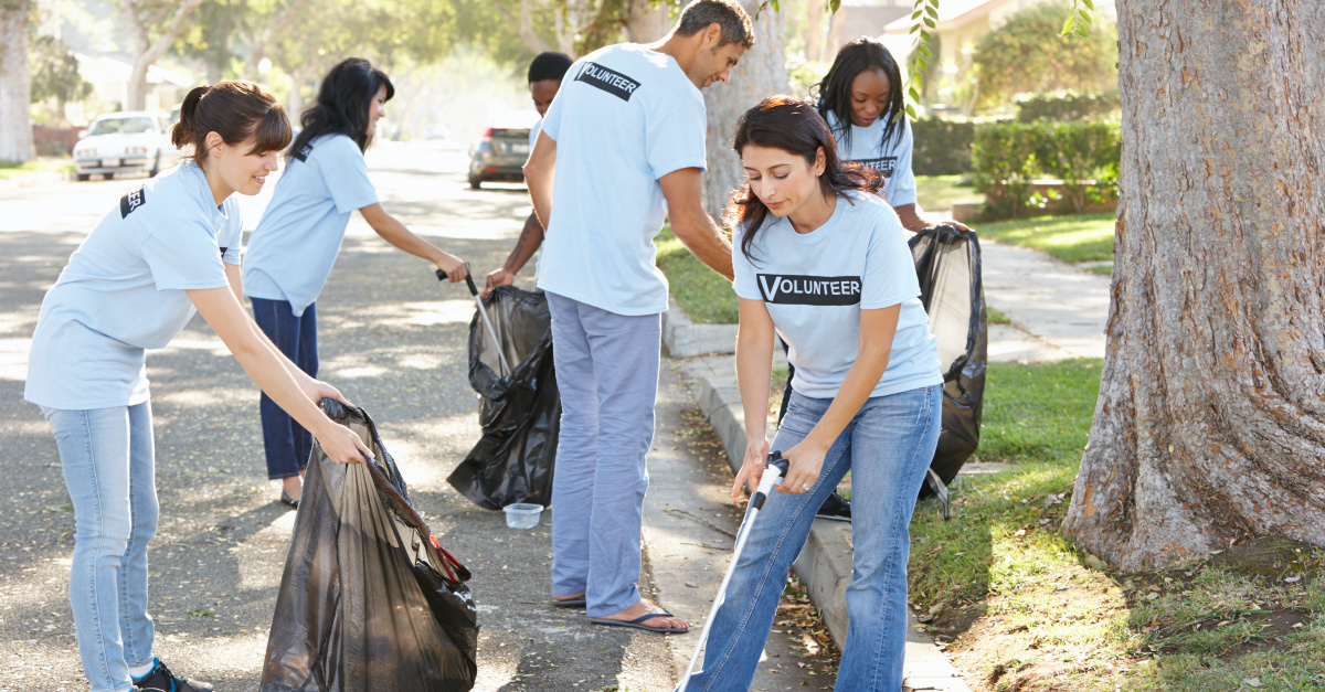 people-cleaning-up-trash-GettyImages-monkeybusinessimages.jpg