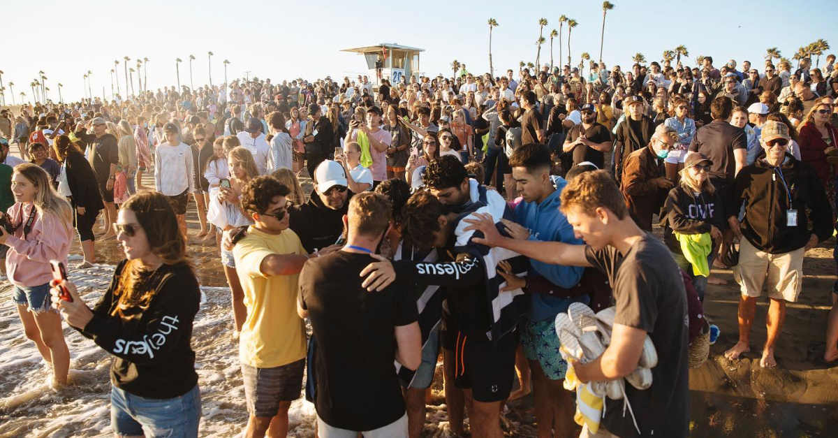 California Beach Revival Draws Hundreds to Christ, Likened to 'Jesus People Movement'
