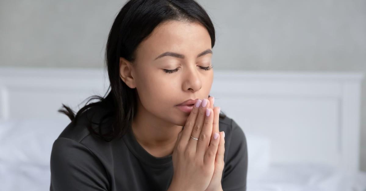 woman praying eyes closed, how to start a prayer