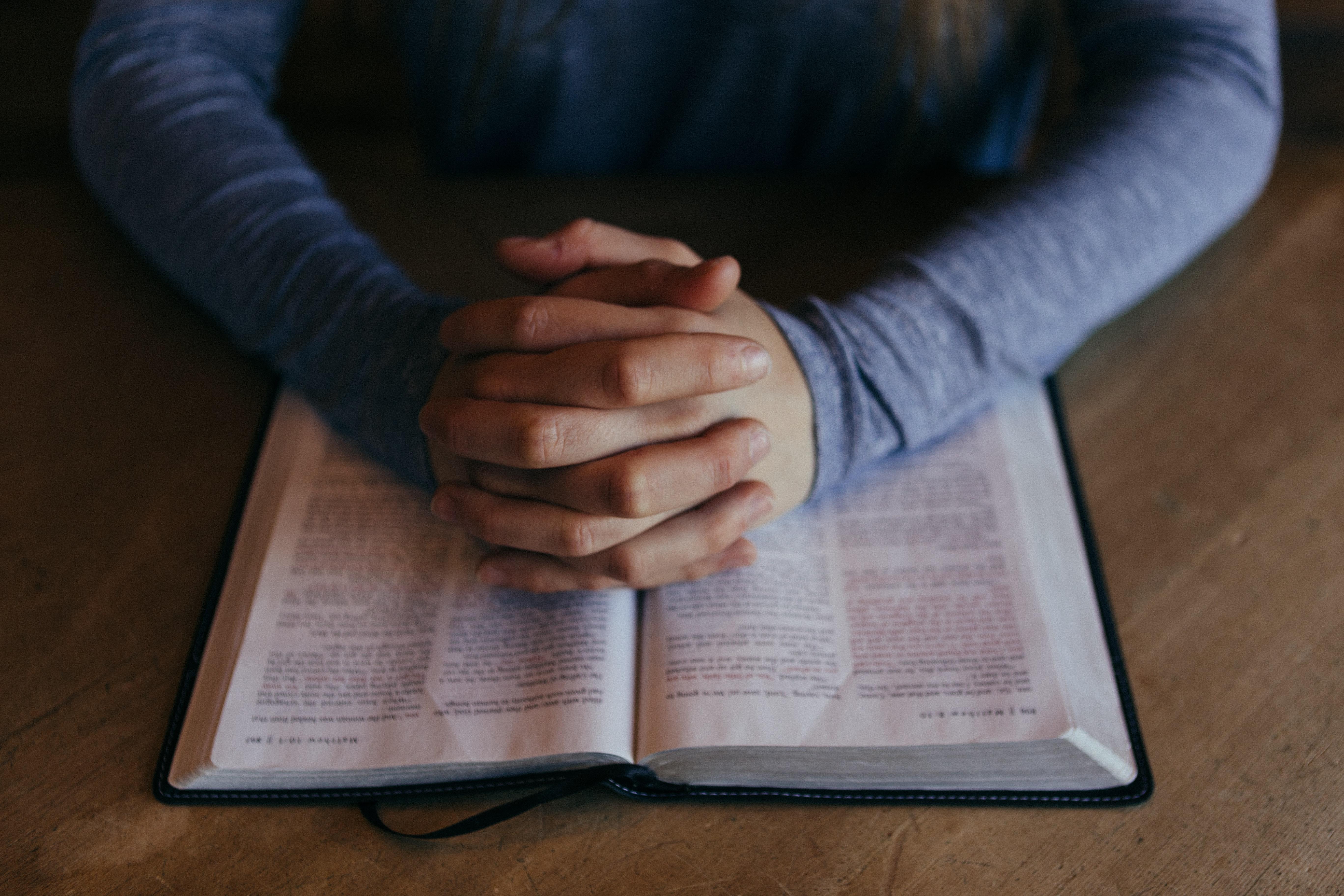 20 Oraciones poderosas por protección y seguridad